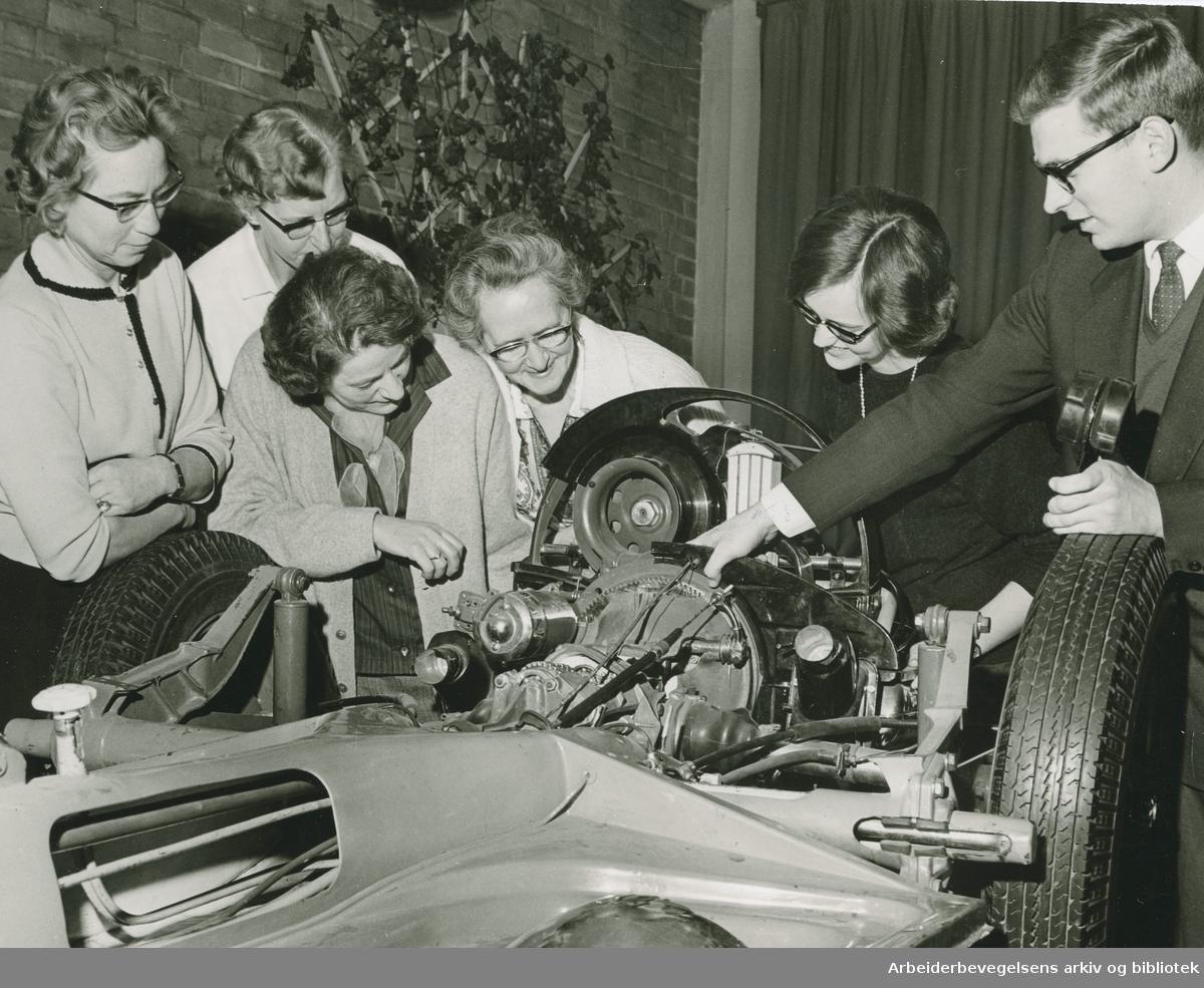AOF-kurset: Dus med Folkevogna, bilkurs for kvinner,.januar 1965