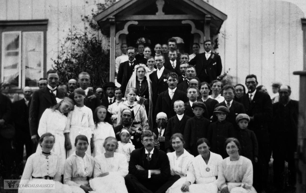 Brudeparet er Nils Kristian Nilsen Vike f. 1890 og Kristianne Pedersdtr. Gjermundnes f. 1893 fra Kristiangarden på Gjermundnes, gnr 35, bnr. 11..De giftet seg den 15. juni 1917 i Vestnes kirke. .Bildet er trolig tatt i Kristengarden..