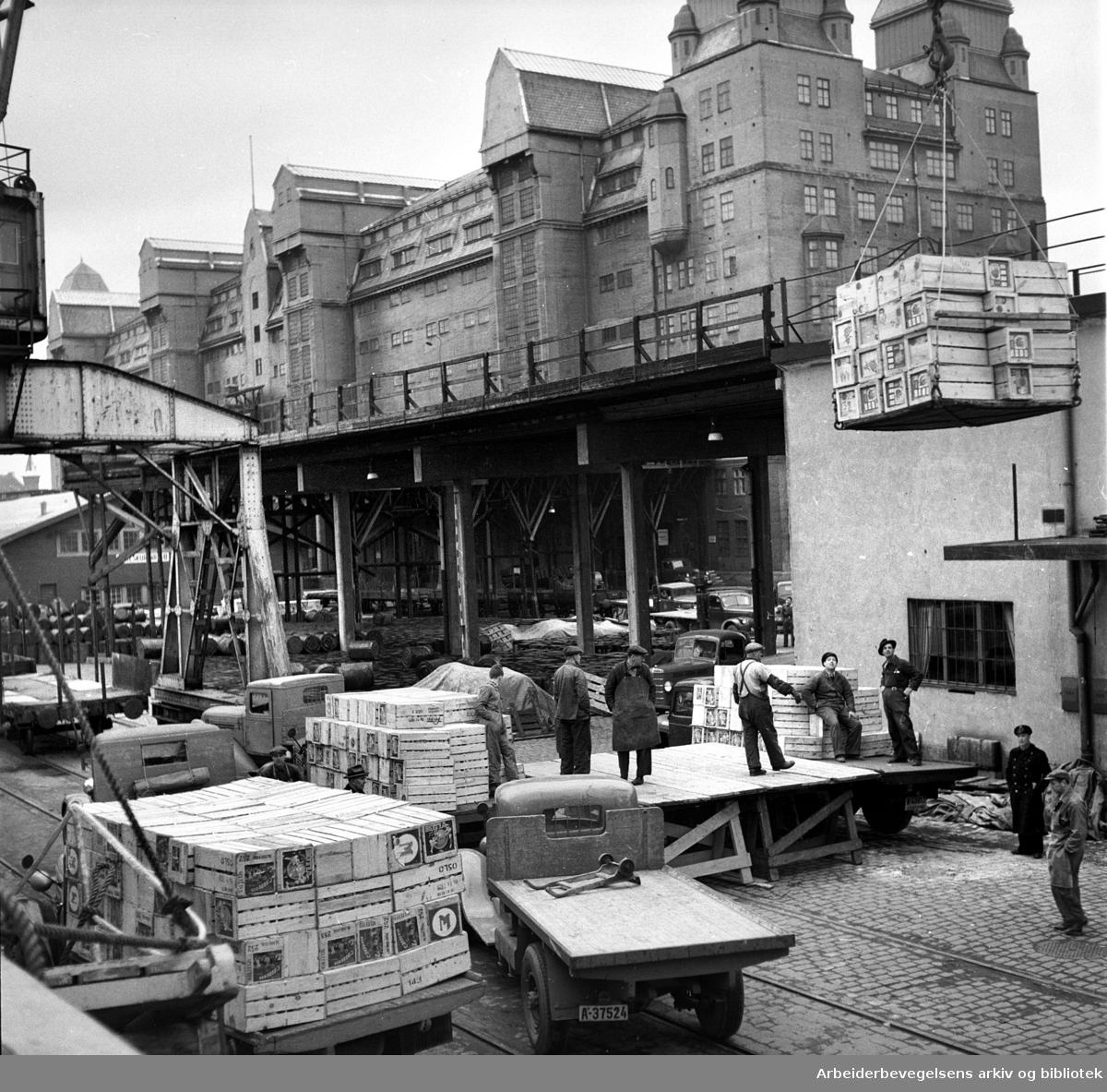 Bryggearbeidere ved Havnelageret, .februar 1953