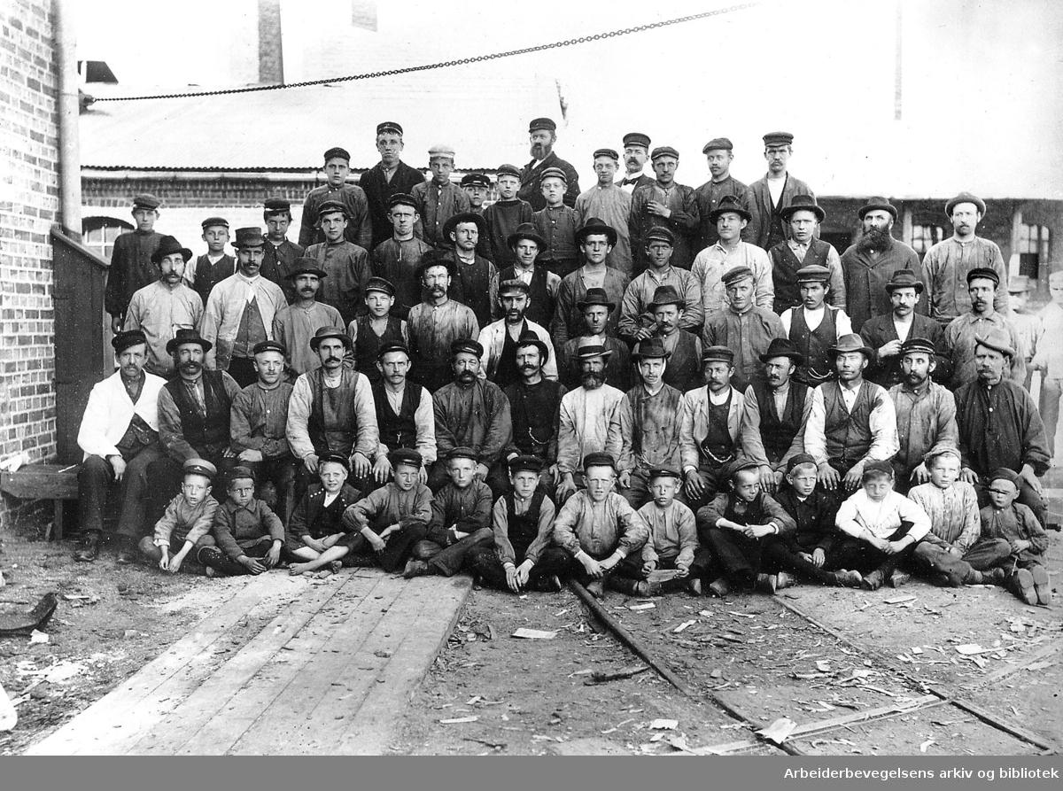 Barnearbeidere ved Grønvold og Nitedal Fyrstikkfabrikk,.ca. 1898
