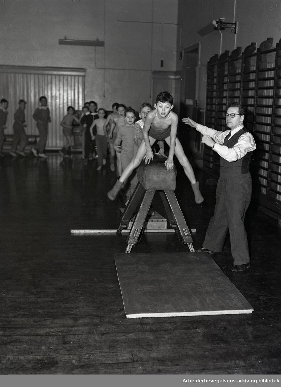Gymnastikk på Grünerløkka skole,.januar 1953