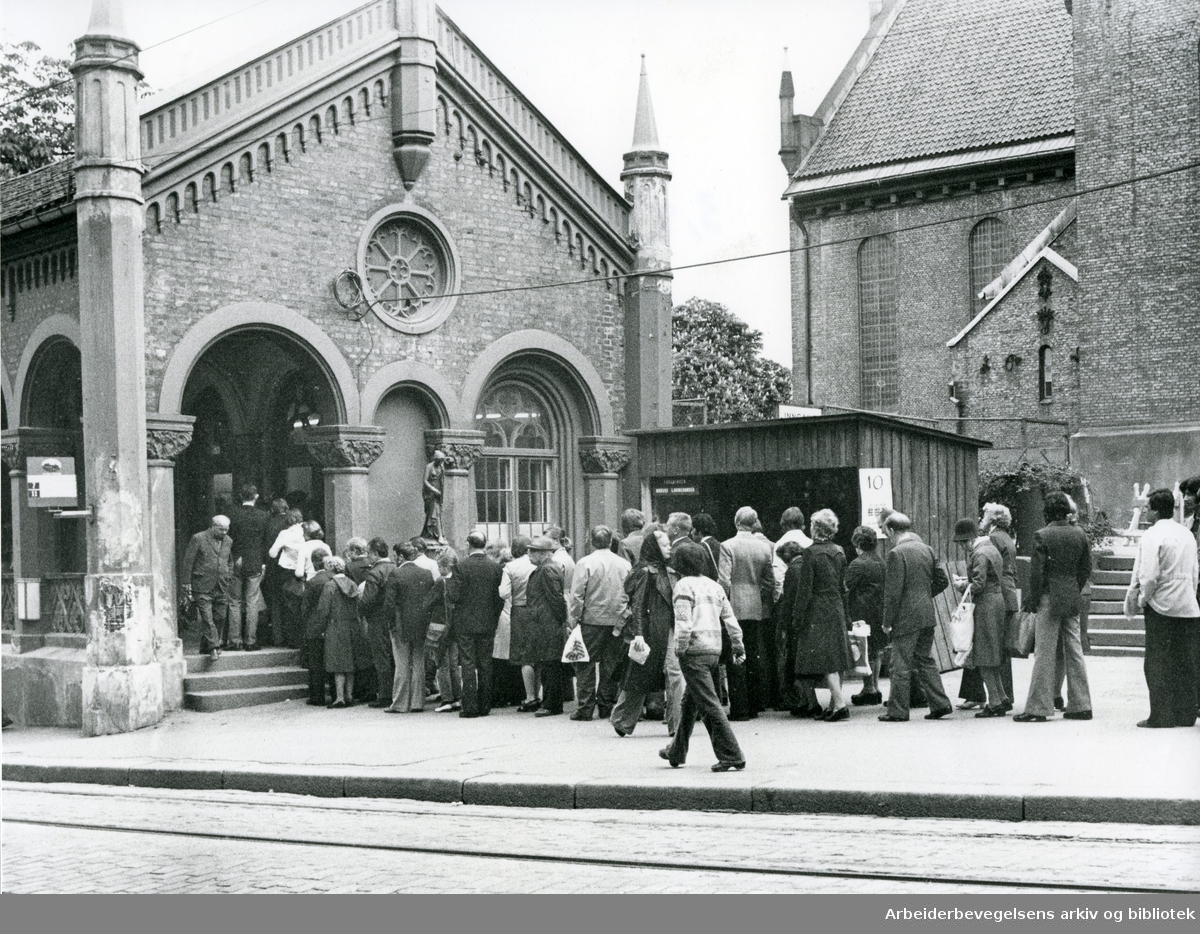 Kø for å få kjøpt nye månedskort på Oslo Sporveiers kontor i Kirkeristen,.juni 1976