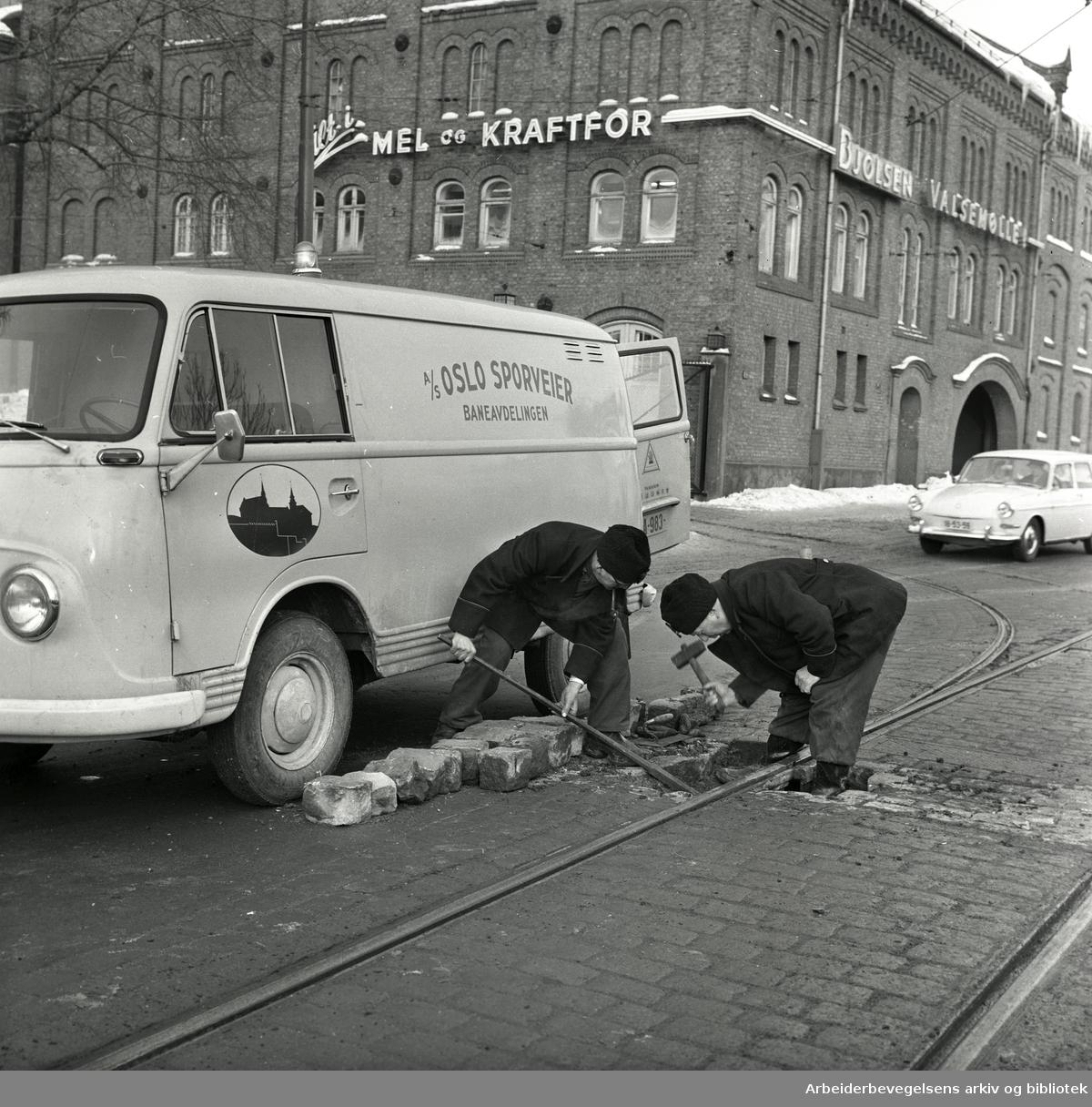 Sporveisarbeidere arbeider med pensen hvor sporet går inn til Bjølsen Valsemølle. 1966.