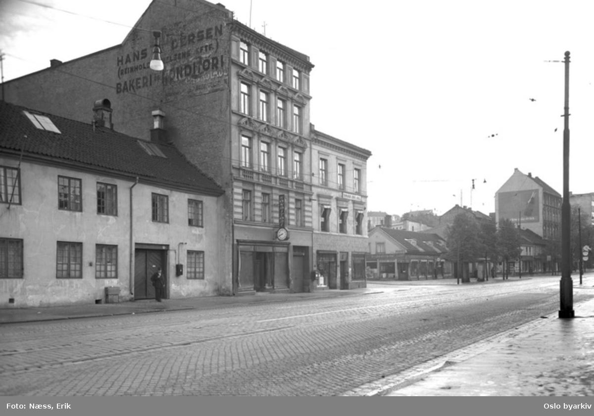 Grønland nr 28 Asylet, 30 og 32. Krysset Grønland - Bekkegata (Tøyenbekken) - Grønlandsleiret. Bildet er tatt før 1952 da Bekkegata skiftet navn til Tøyenbekken.