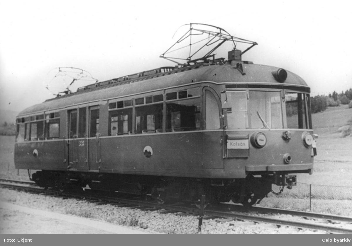 En av C1-vognene 301-308. Blendede lyskastere antyder at bildet er tatt under krigen, sannsynligvis ved Kolsås.