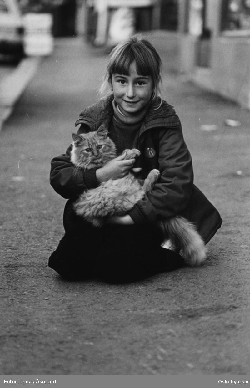 Jente med katt. Fotografiet er fra prosjektet og boka ''Oslo-bilder. En fotografisk dokumentasjon av bo og leveforhold i 1981 - 82''. Kontakt Samfoto ved ev. bestilling av kopier.