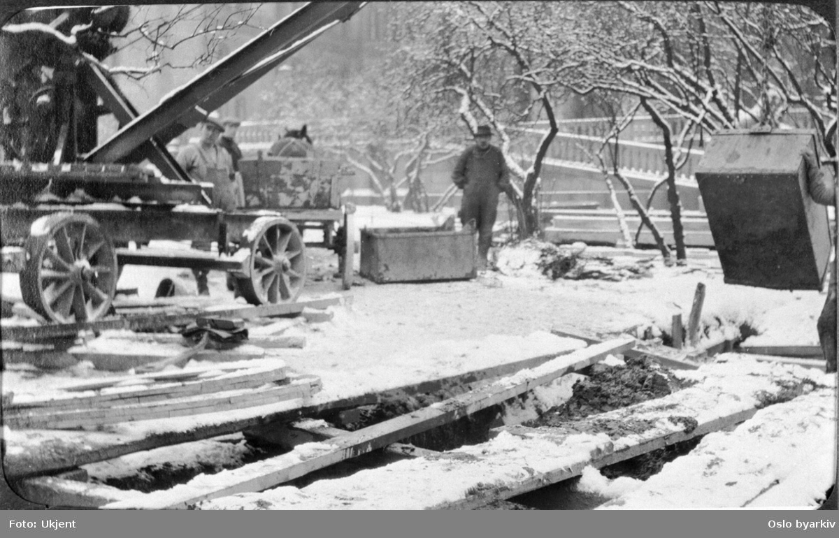 Fra arbeidet med kloakkrørleggingen på Wessels plass oppe på bakkenivå. Løfteanordning på tralle. Hest og kjerre. Fra 1920-tallet.
