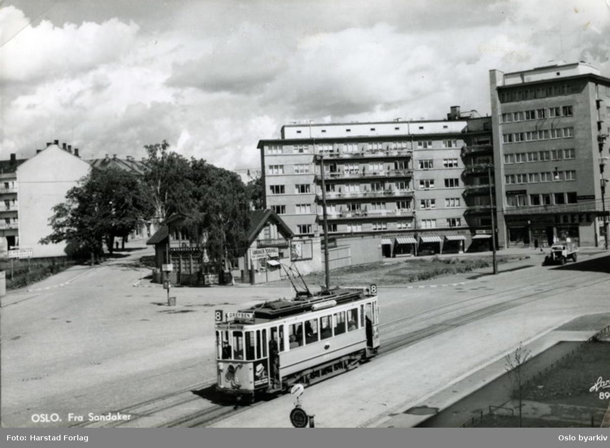 Linje 8 på vei til Grefsen stasjon.På plassen ligger kafeen Nordpolen. Sandakerplassen, Sandaker torg.