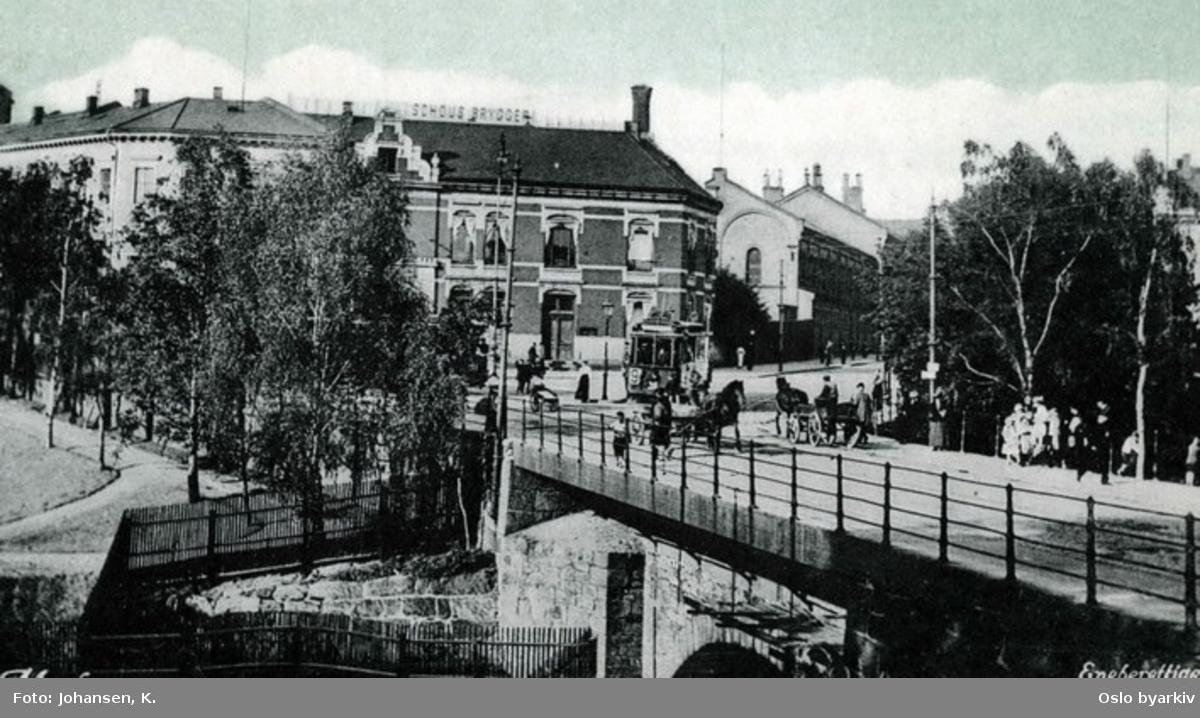 Nybrua nederst på Grünerløkka. Sporvogn og gatemiljø. Sannsynligvis etter 1910. Postkort 148. Ved Akerselva