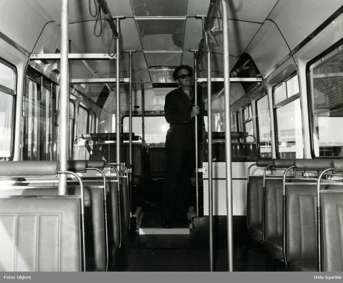 Oslo Sporveier. Interiør i en Leyland National buss. En busstype som ble produsert mellom 1972 og 1985. Da som et samarbeidsprosjekt mellom National Bus Company og British Leyland. Ingeniør Orre inspiserer.
