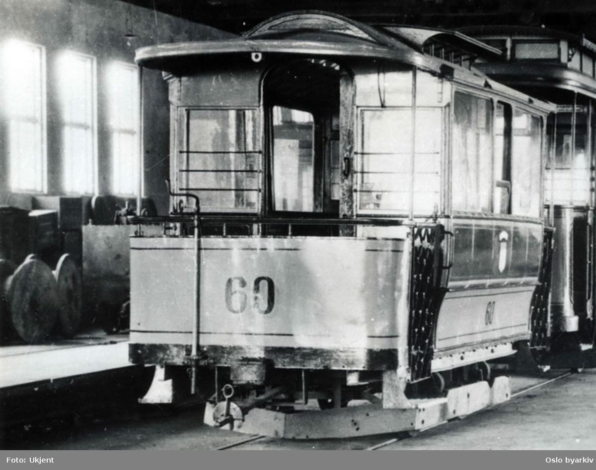 Sporvogn tilhørende Trondheim Sporvei. Såkalt Hatteeske fra Skabo. Vognene som opprinnelig hadde vært hestesporvogner i Kristiania, ble solgt til Trondheim i 1918. I alt 8 stk. Bildet er fra vognhallen på Dalsenget.