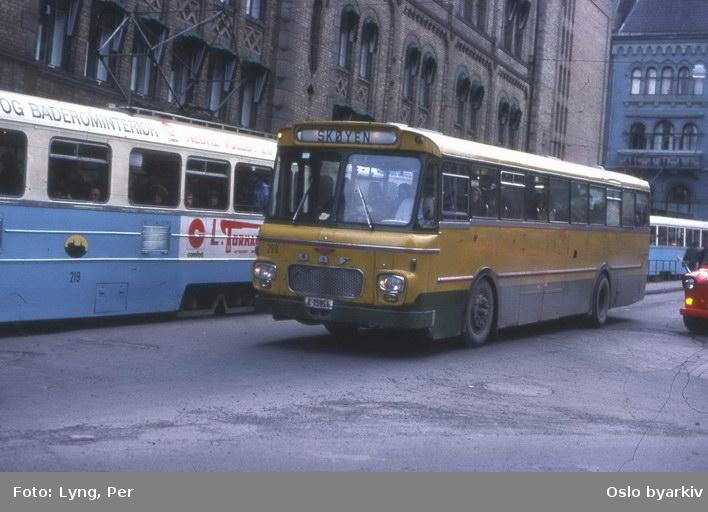 Busser, Ing. M.O. Schøyens Bilcentraler (SBC) buss A-15164, linje til Skøyen, ved Wessels plass. Bak høkatrikk 219.