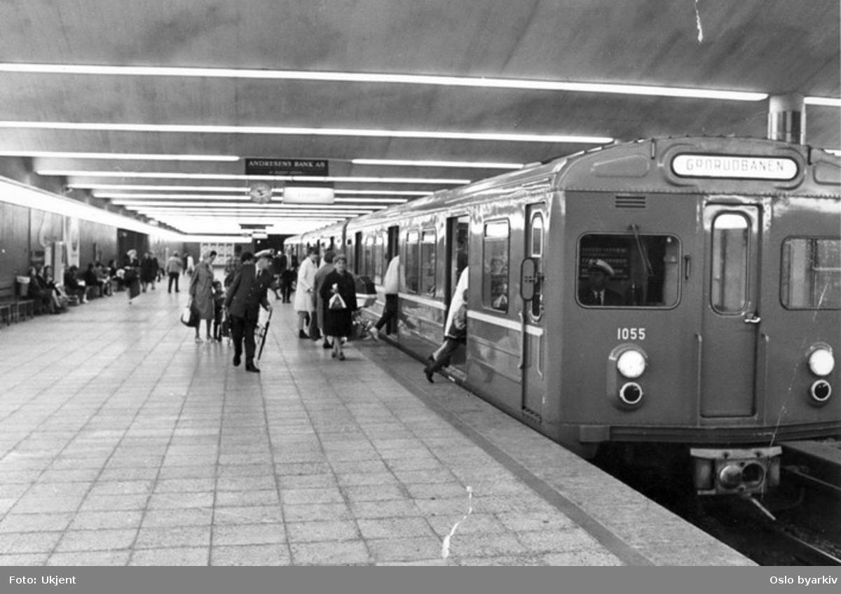 Oslo Sporveier. T-banevogn 1055, serie T1, i tog på linje 5, Grorudbanen, her på Jernbanetorget T-banestasjon. Påstigende reisende. (Banen forlenget fra Grorud til Rommen og Stovner 1974, til Vestli 1975.) Bildet tatt en gang mellom 1970-1977.