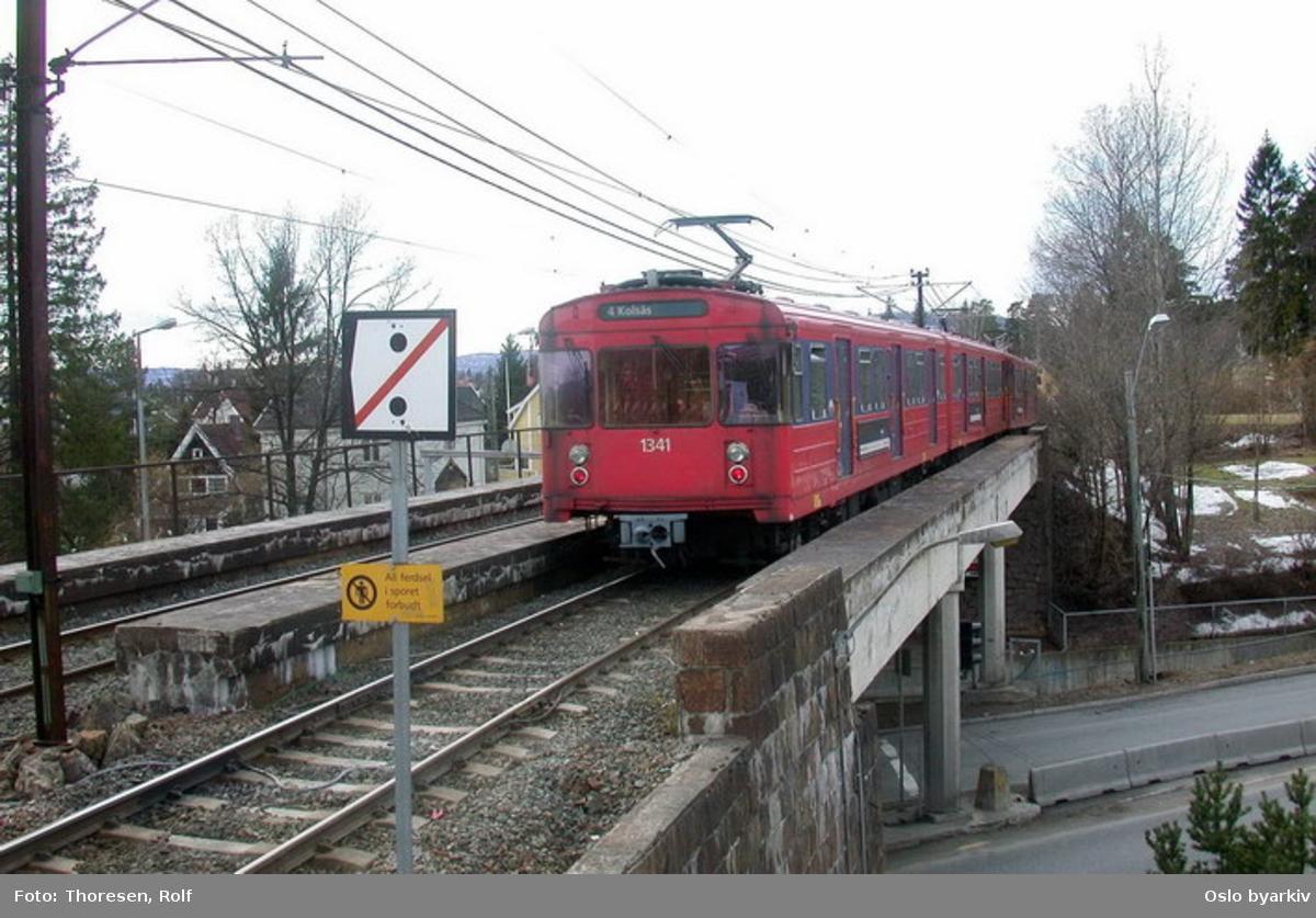 Oslo Sporveier. Kolsåsbanen. T-banevogn, serie T7, vogn 1341 på linje 4 til Kolsås passerer brua over Vækerøveien ved Bjørnsletta stasjon.
