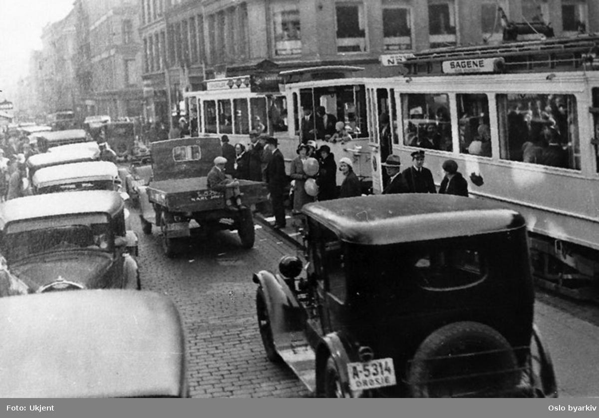 Oslo Sporveier. Trikk motorvogn og tilhenger type SS linje 13, Gamlebyen-Sagene over St. Hanshaugen. Fra Karl Johans gate med folkevrimmel og rushtidstrafikk. Drosje, lastebil.
