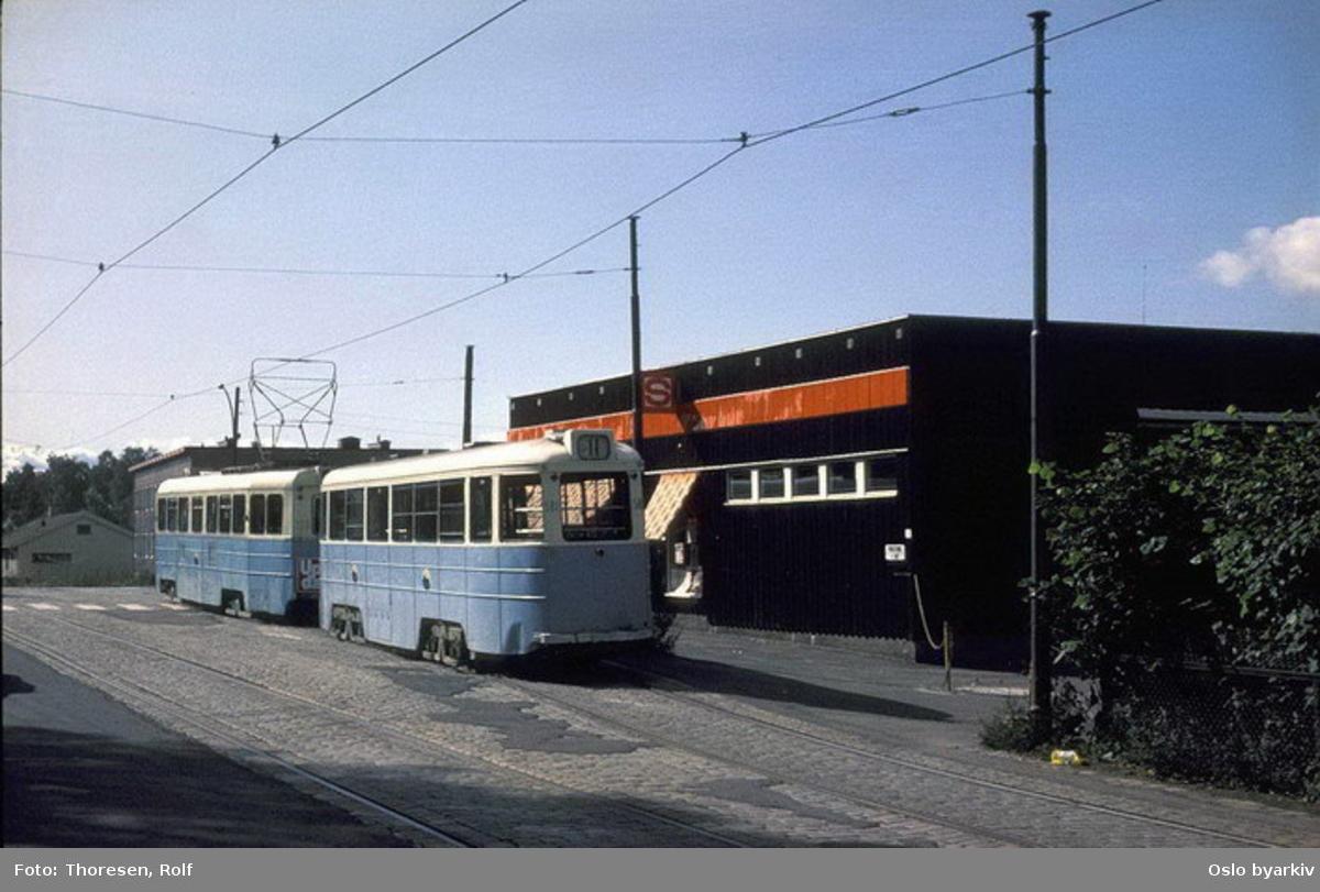 Oslo Sporveier. Trikk tilhenger 581 type STBO (fra 1953, tidligere Stockholmsvogn) linje 11, Kjelsås-Majorstuen, her ved stoppested i Kjelsåsalleen (i Midtoddveien).
