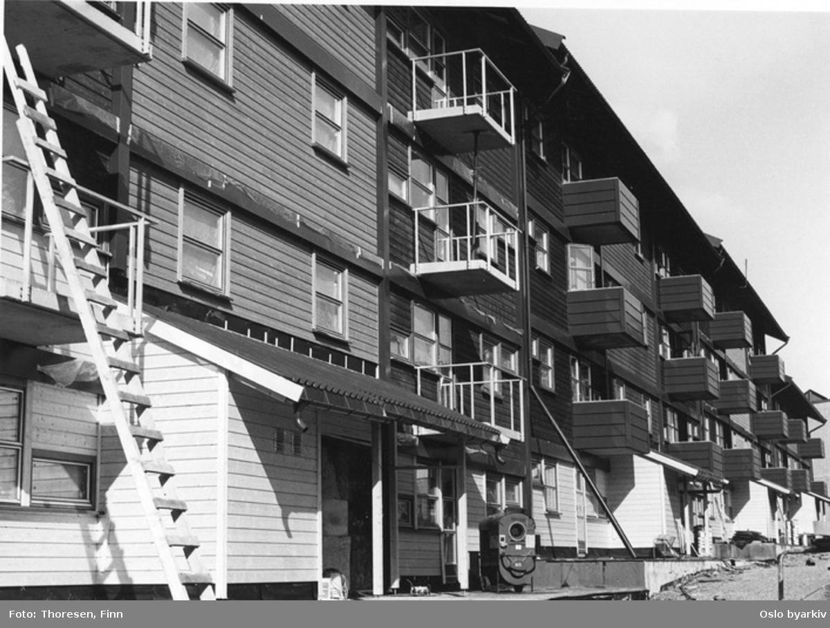 Nyoppført boligblokk i 4 etasjer med små balkonger. Avslutningsarbeide.