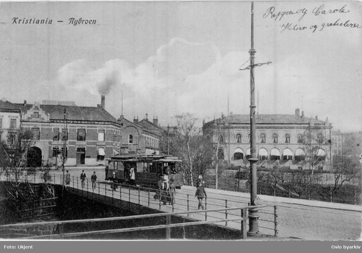 Trikk over Nybrua mot Storgata. Schous Bryggeri, Trondheimsveien 2, Trondheimsveien 5 til høyre. Spaserende. Postkort 1096 med påskrevet hilsen.