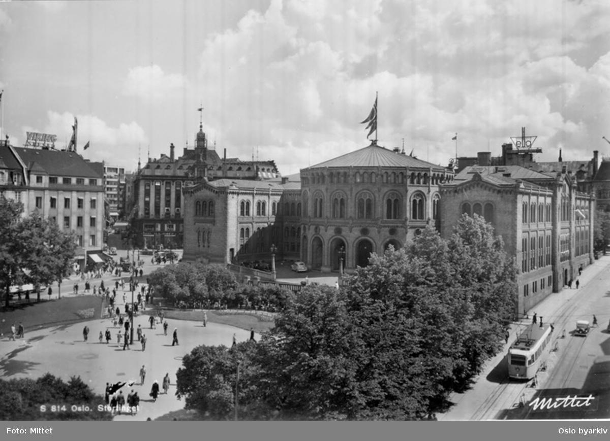 Eidsvolls plass. Stortinget, Tostrupgården. Trikk i Stortingsgata, spaserende. Postkort S 814.