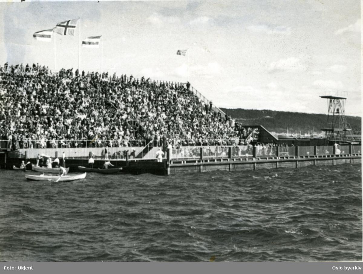 Den offisielle åpning av den nye svømmestadion (Nr. 2) ytterst på Filipstadbrygga. Stevnet begynte pressis kl. 13, søndag 13. august 1933, med defilering av 60 mannlige og kvinnlige svømmere. Etter åpningstaler og defilering var det innlagt følgende svømmeøvelser: 110 m frisvømming menn, 50 m frisvømming damer, 200 m brystsvømming herrer, 50m frisvømming gutter, Lagsvømming 4 x 50 m. Stevnet ble avsluttet med vannpolokamp mellom to sammensatte lag.