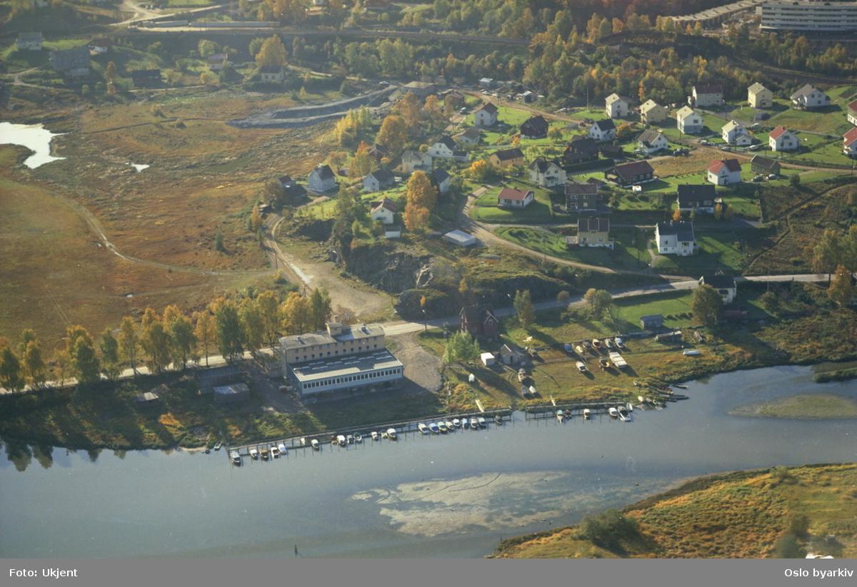 Båthavn ved Sagelvas utløp i Nitelva i Skedsmo kommune. Strømsveien bak båthavna, og jernbanesporet til Hovedbanen i bakgrunnen. (Flyfoto)