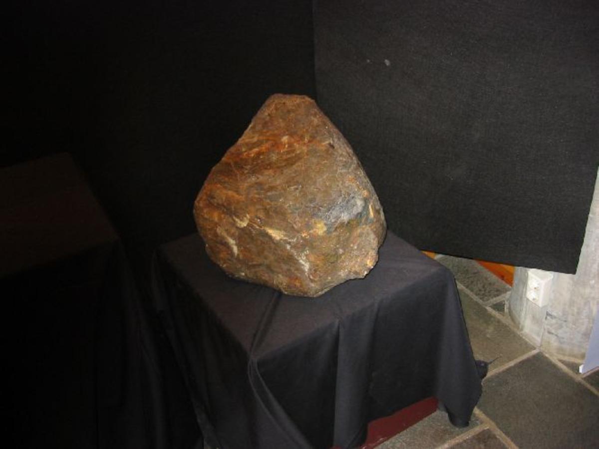 En ujevnt rund stein 40 til 60 cm i diameter
