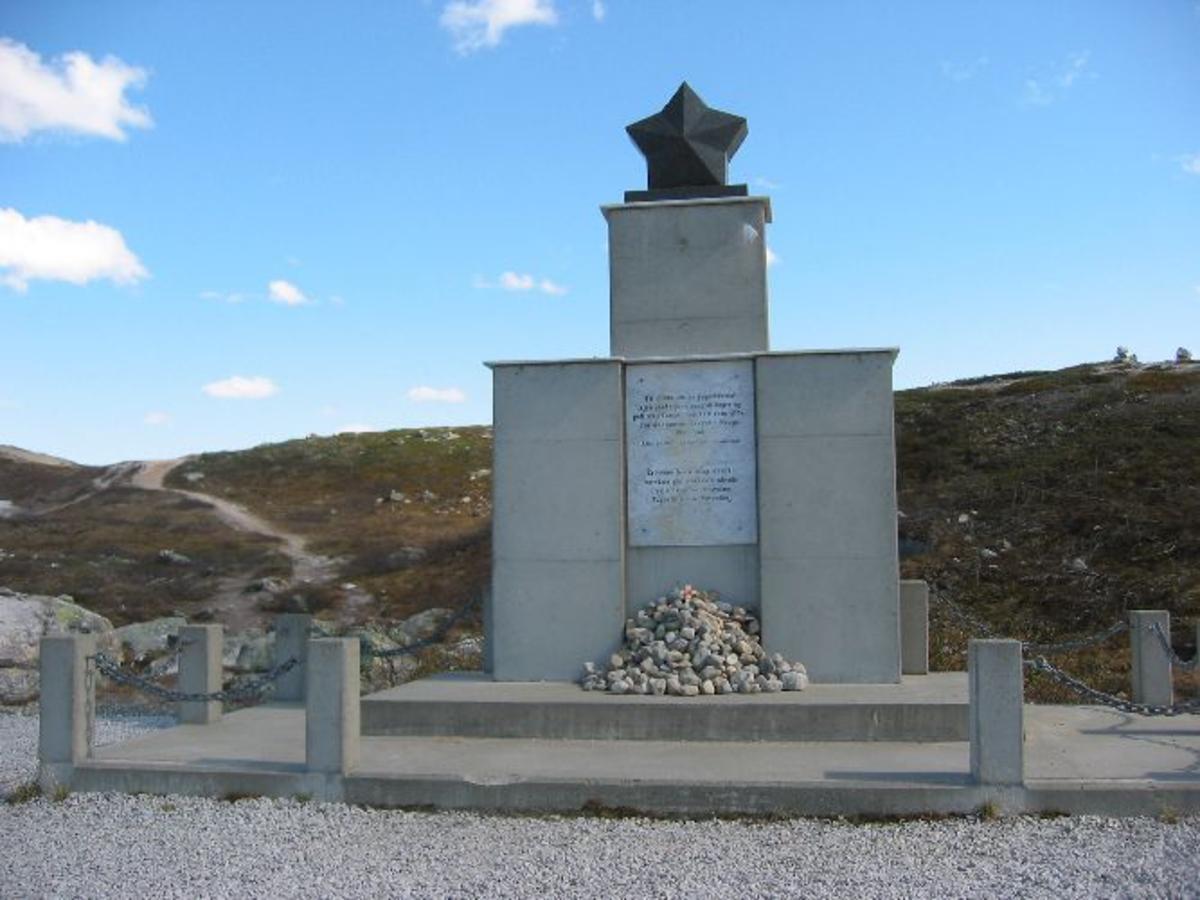 Stor bautastein/monument med inskripsjon