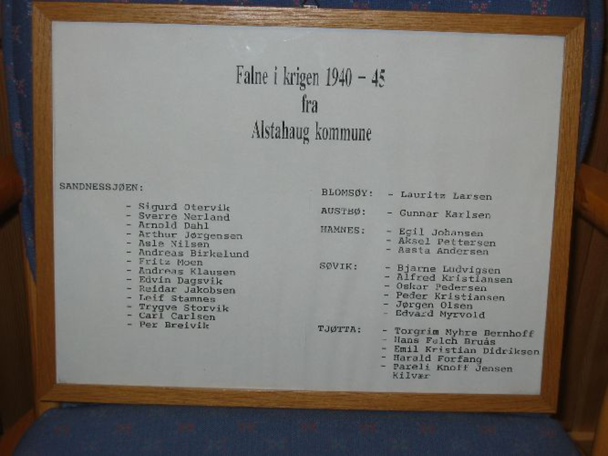 Propellvinge med to plaketter, en med navnet på skipet og en metallplakett med navnene på de to omkomne amerikanske flyverne. Stor bautastein med inskripsjon.