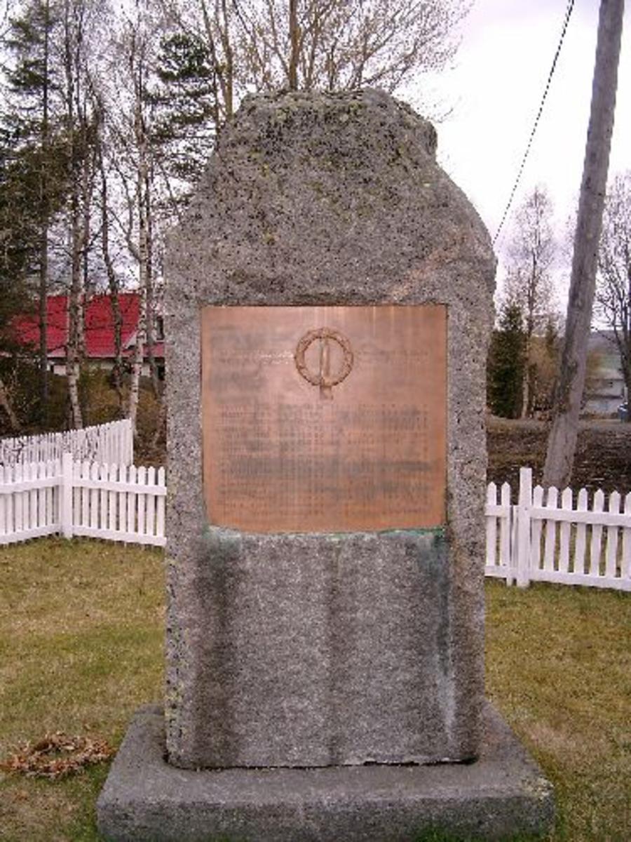 Bautastein i granitt med navneplate.