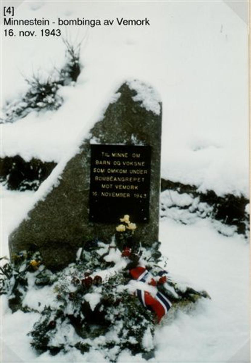 Granitt fra syretårn fra Norsk Hydro. Minneplate utført av Ulefos Jernværk.