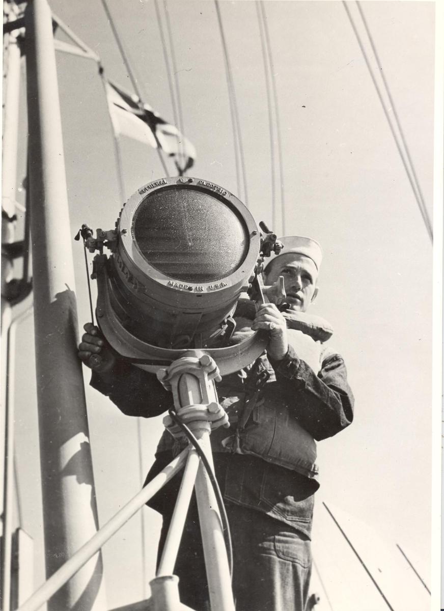 Enkeltbilde. Undervannsbåtjageren King Haakon VII, livet ombord under 2.VK. Bildet viser signalgasten i virksomhet.