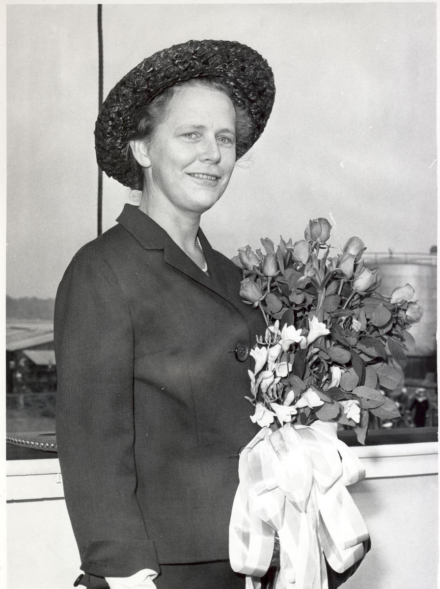 """Oslo-kl.- fregatt KNM """"Trondheim"""", dåp og stabelavløpning, 4. sept. 1964. Gudmor, fru Marit Holthe."""