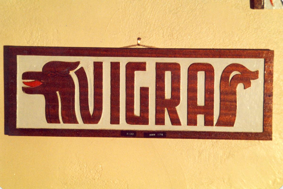 """Navneplate for U-Båt jageren """"Vigra""""."""
