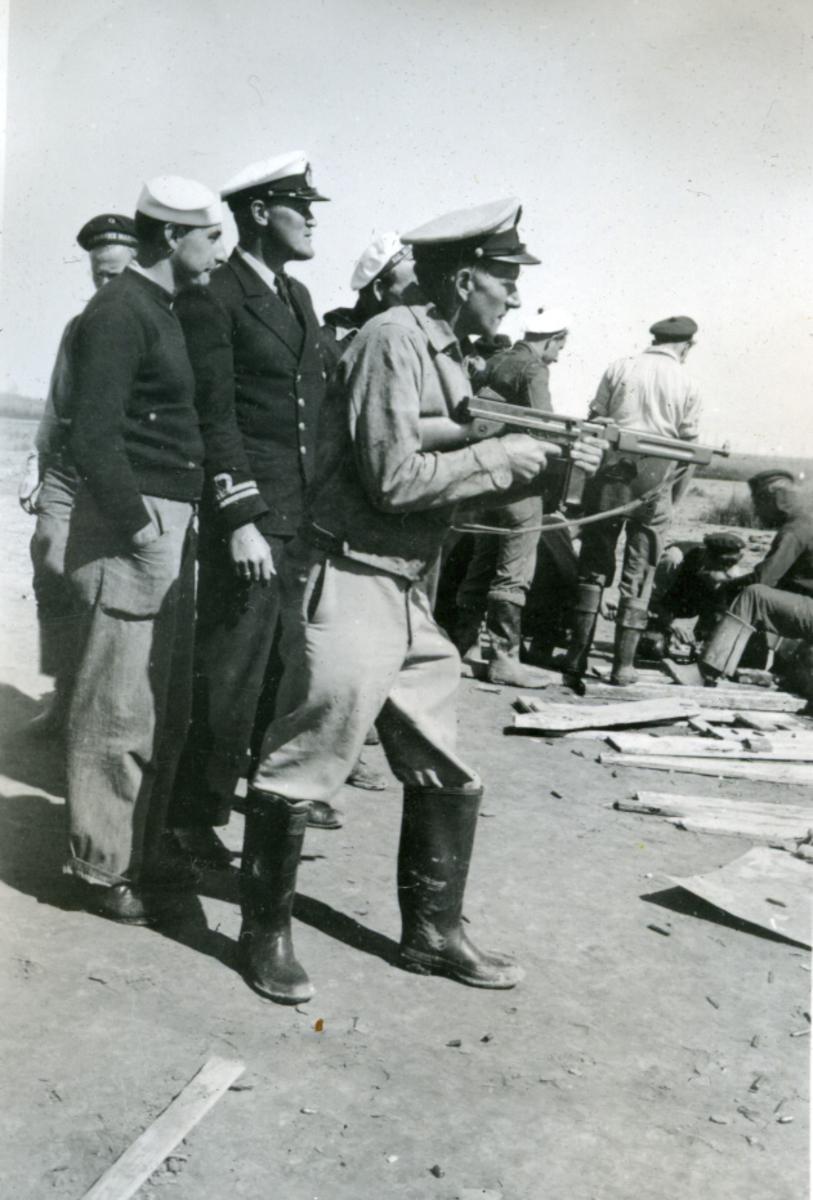 Album Ubåtjager King Haakon VII 1942-1946 Forskjellige bilder. Øvelse i Burwood.