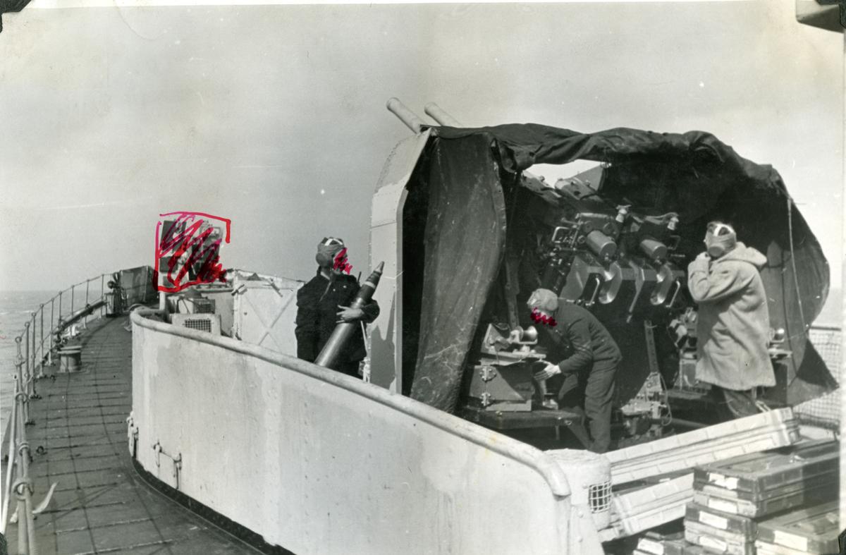 "Album Glaisdale H.Nor.M.S. ""Glaisdale"". Fotograf: Ltn. Holter. Kanonen gjøres klar for action."