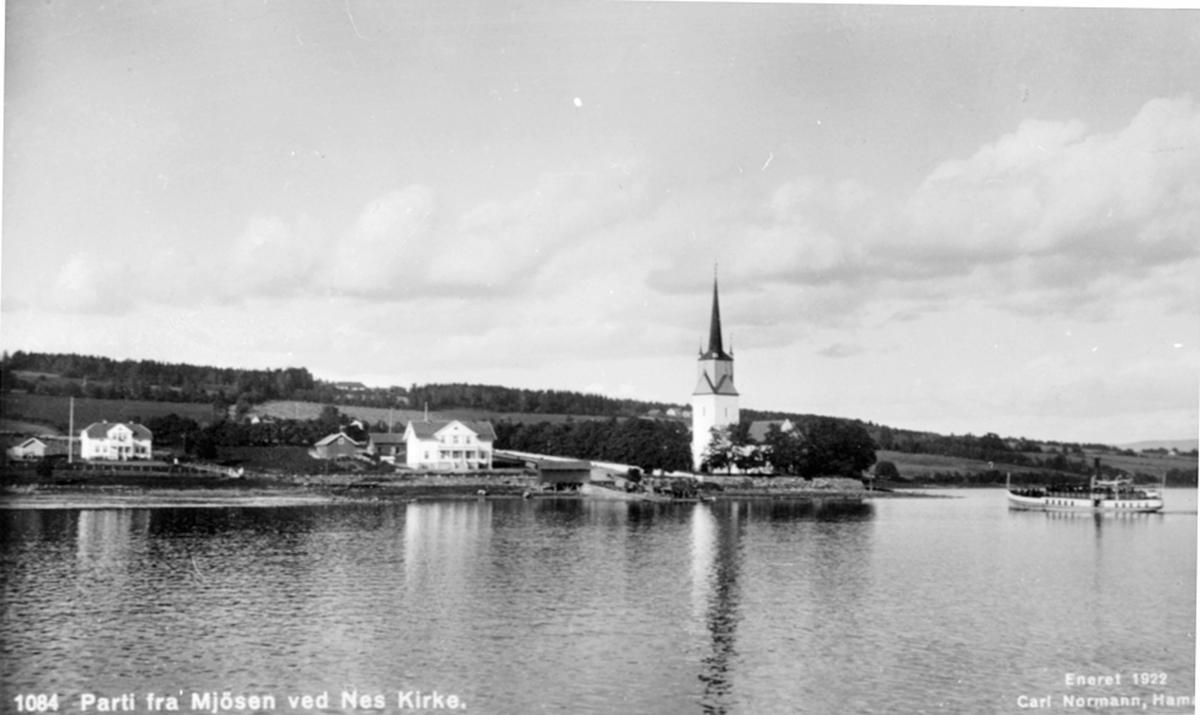 Utsikt mot Tingnes med Nes kirke, bryggen og det gamle kommunehuset. Mjøsbåten D.S. Hamar på vei inn til brygga.