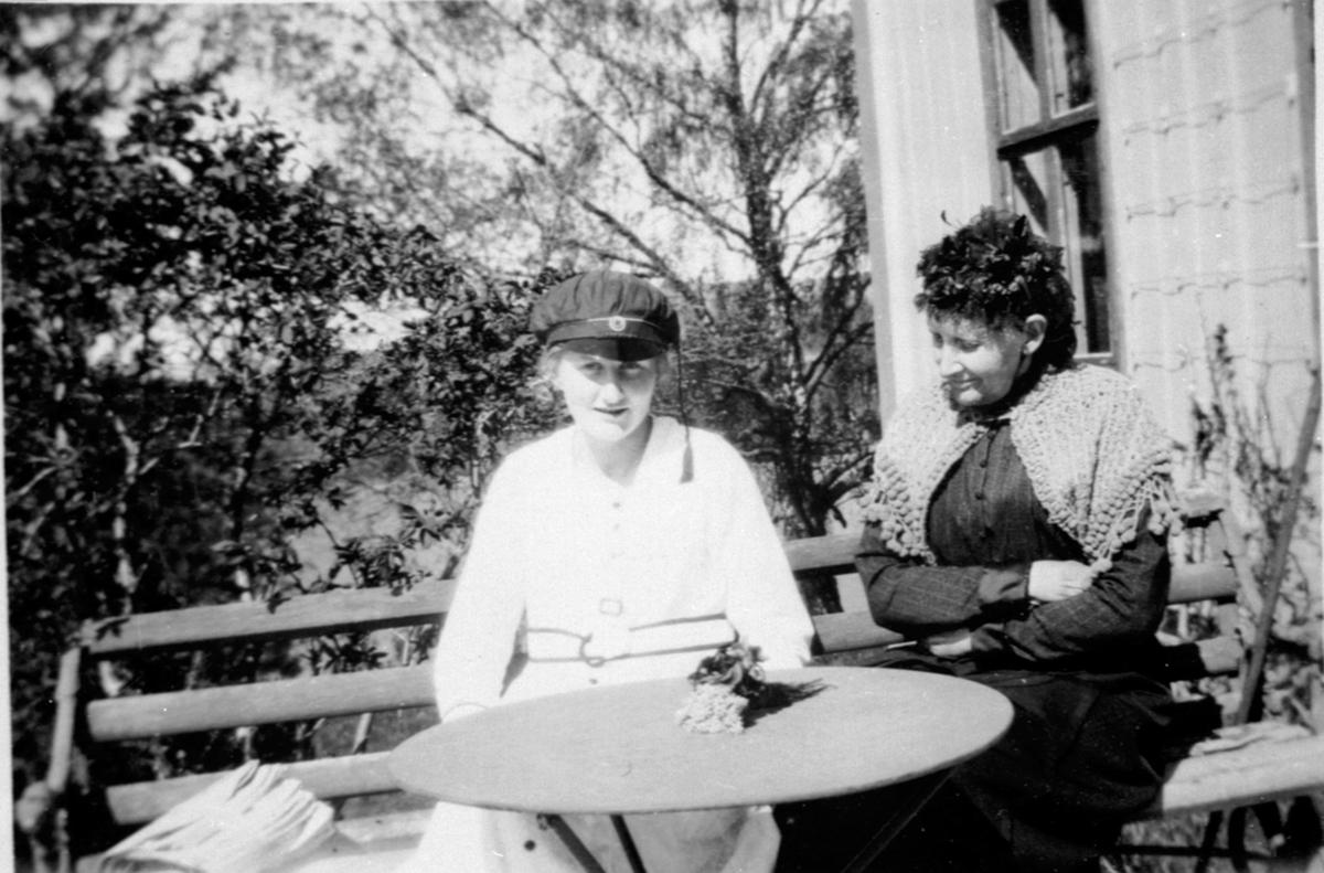 Ingeborg Bjerke som russ sammen med bestemoren Othilia Bjerke, Nerkvern gård, Brumunddal.