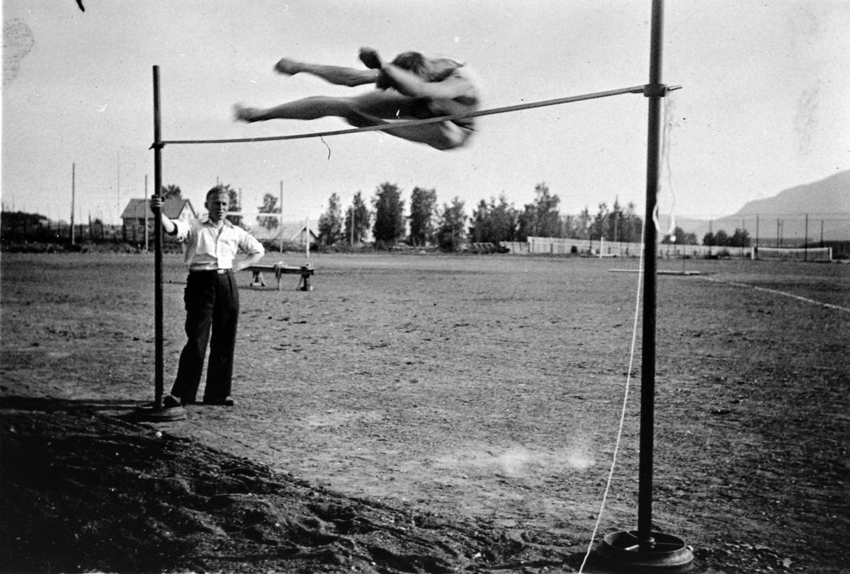 Fram Idrettslags nasjonalt stevne, Magnus Jevne i høyde på 1.83 meter, M. Andersen funksjonær, 14. juli 1935.