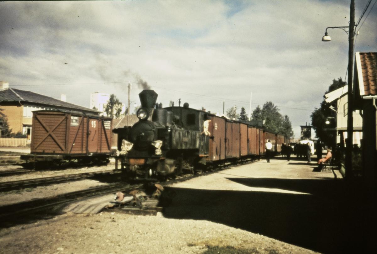 Tog 2051 gjør opphold på Bjørkelangen stasjon.