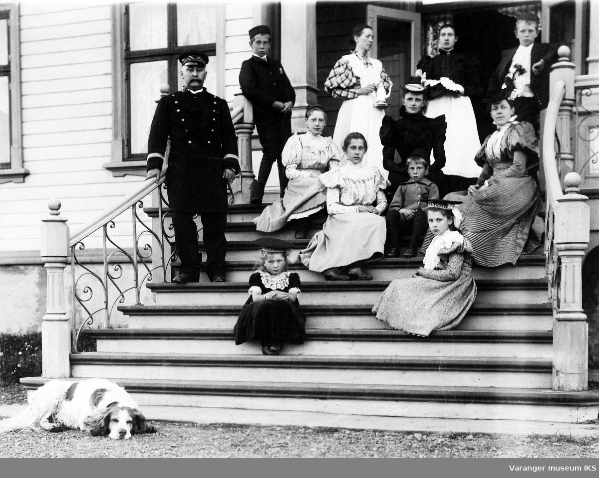 Amtmann Graff med familie, hushjelper og hund på trappa til Amtmannsgården 1898.