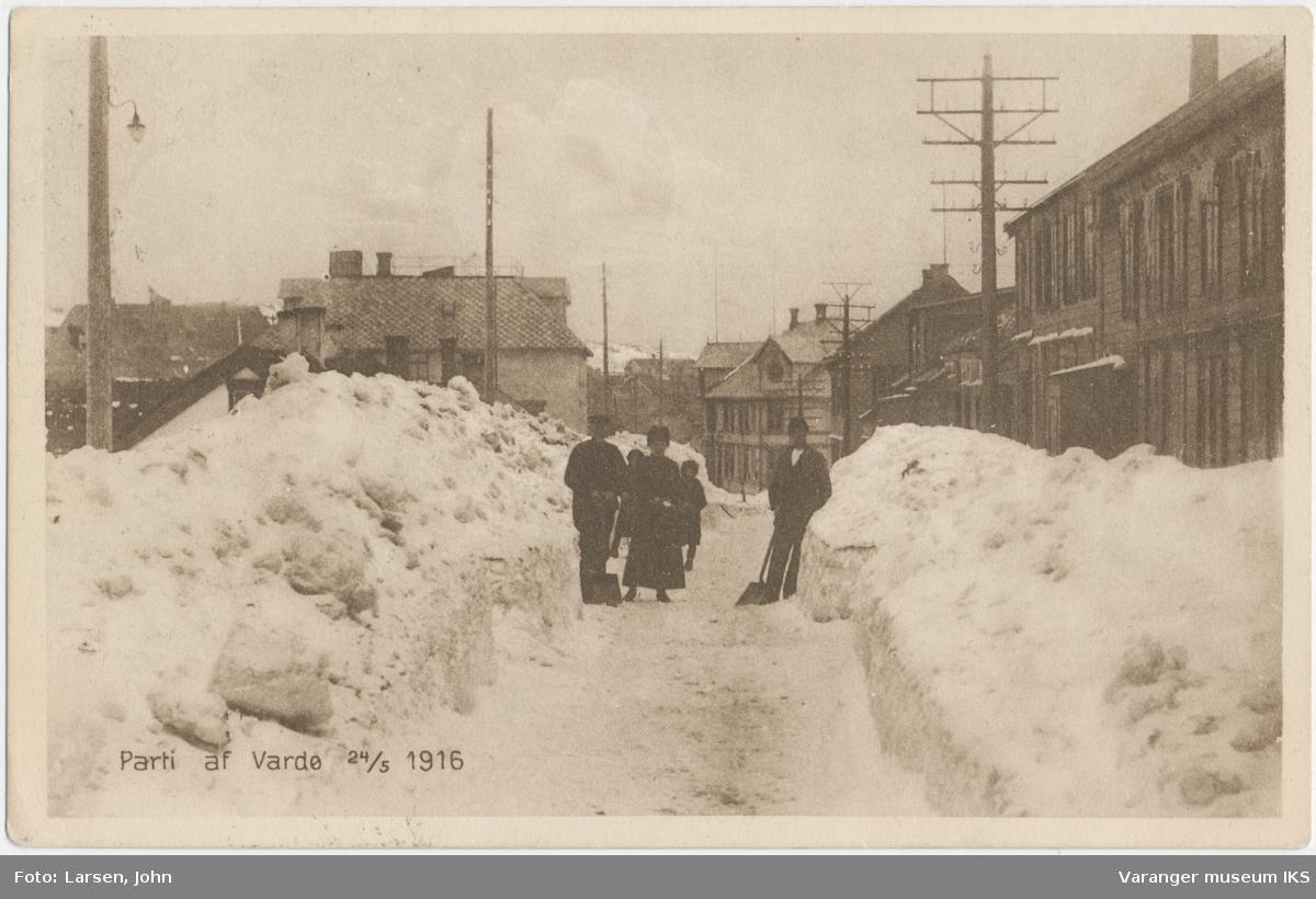 Postkort, fem personer i Festningsgata, Grand Hotell og Brodtkorbs forretning i bakgrunnen, 24. mai 1916