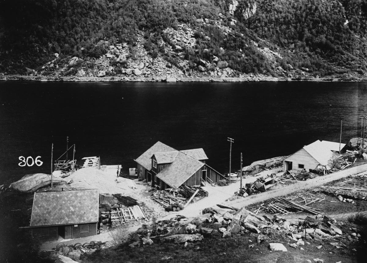 Norzink, austsida av Eitrheimsneset, veg fører til kaia til Tyssefaldene, 3 skur