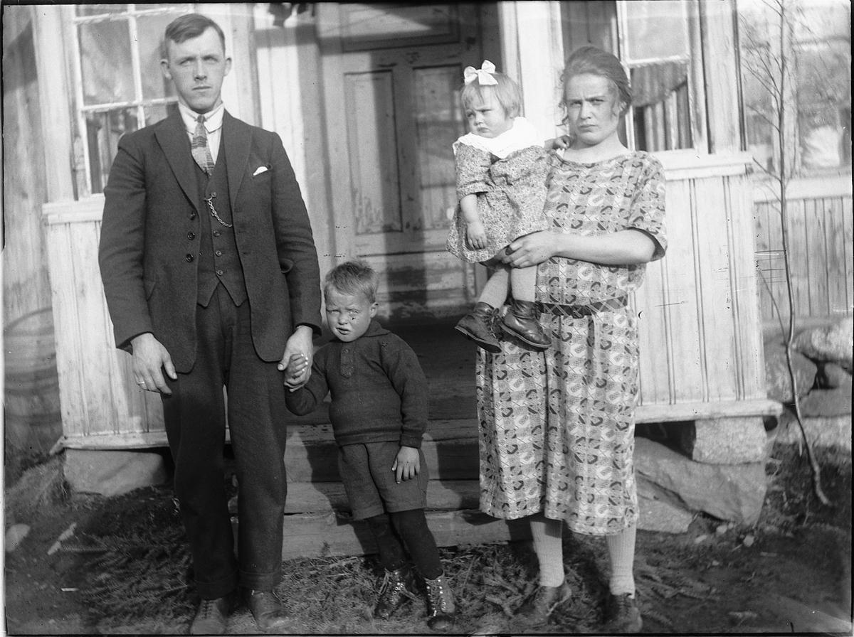 Ukjent familie ved inngangsparti.