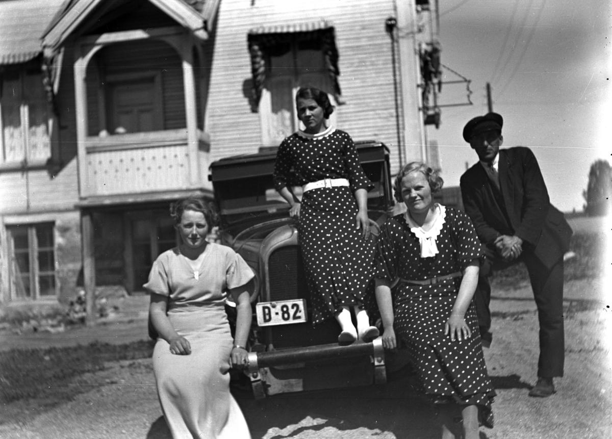 Familie foran bil og hus. Bil D-82, en Auburn fra 1925-27. Den spesielle støtfangeren er original. Bildet antas å være fra andre halvdel av 1930-tallet, siden bilnummeret var i bruk på en/flere Ford'er i registreringsbøkene fra 1925, 27, 28, 30 og 35. (Hamar politidistrikt, Vang eller Løten).