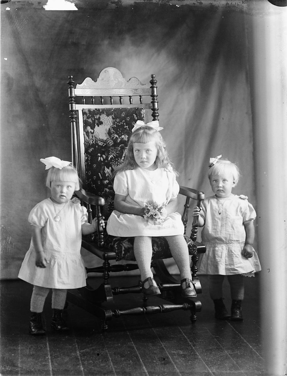 F.v.  Margit Sagstuen, Magnhild Sagstuen, Ingrid Sagstuen, barn, barnekjoler, hårsløyfe.