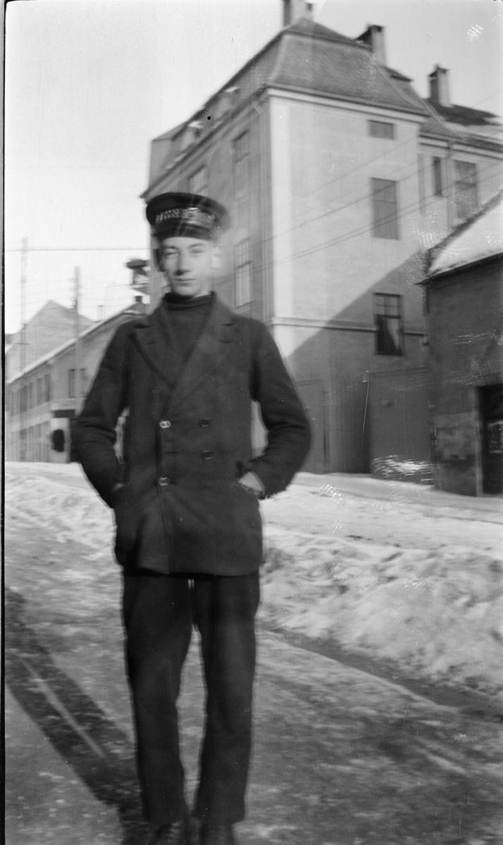 Ukjent gutt med viserguttlue, Vangsvegen, Hamar. Godagergården i bakgrunnen. Ca 1916-1925.