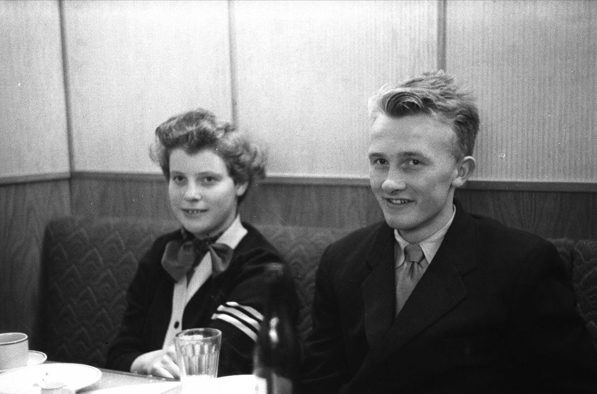 Ungdommer på restaurant
