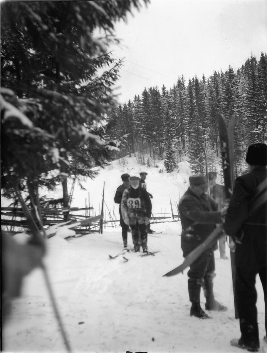 Deltagere, skihoppere, under et hopprenn.
