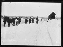 Snørydding på Røros stasjon. Jernbanesporet ryddes for snø v