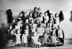 Barnehage i Oslo. Andre rekke, ytterst til venstre: Kirsten